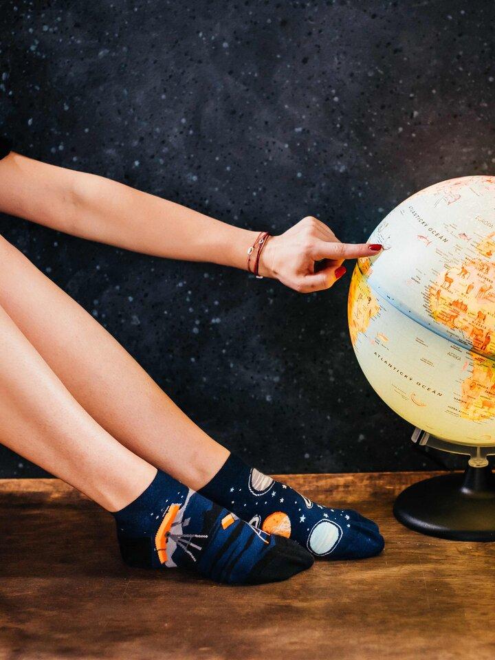 Pre dokonalý a originálny outfit Členkové veselé ponožky Vesmír