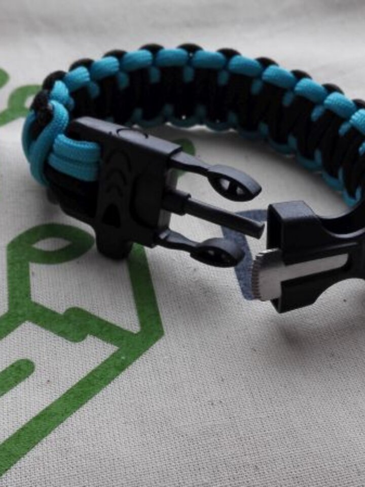 Looking for an original and unusual gift? The gifted person will surely surprise with Paracord survival bracelet-blue-black with magnéziovým Flint