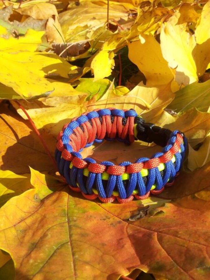 Lifestyle-Foto Paracord Überleben-Armband mehrfarbig