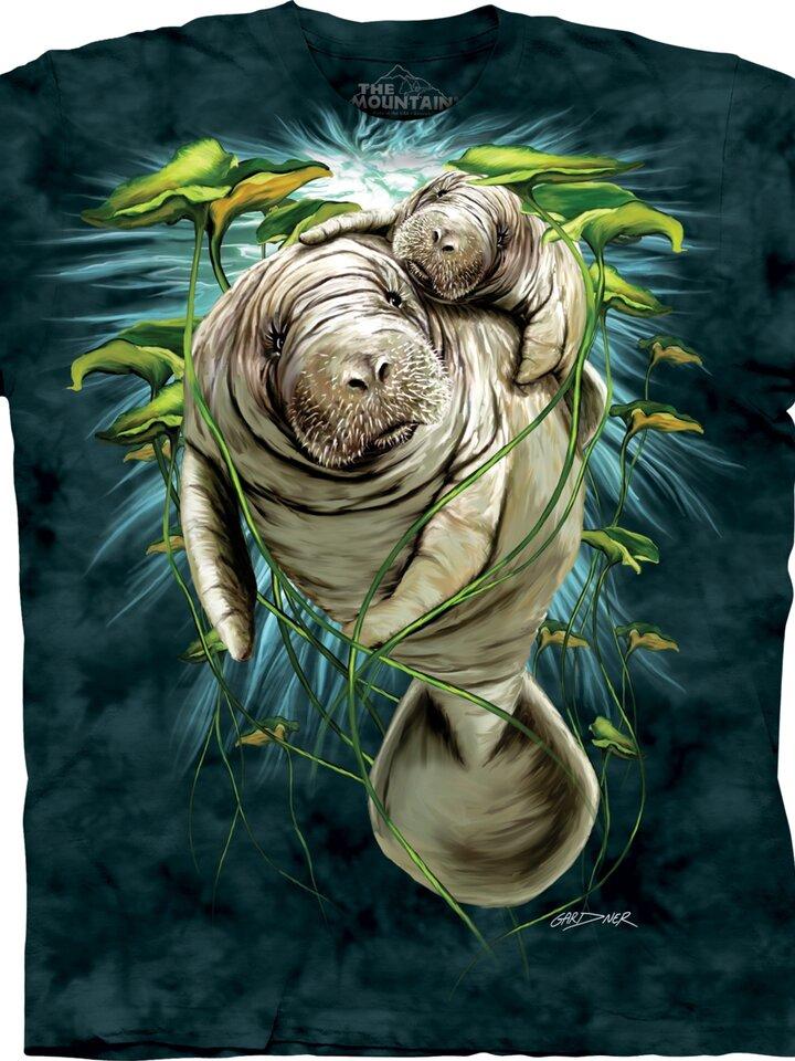 """Potešte sa týmto kúskom Dedoles Manatis sind auch unter dem Namen """"Seekühe"""" bekannt, weil sie wirklich sehr gross sind. Diese Meereslebewesen kommen ausser Florida und Brasilien auf dem Bedruck der Dedoles T-Shirts vor. Damit Sie sie besitzen können, müssen Sie nirgendwohin reisen."""