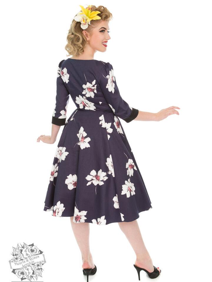 Pre dokonalý a originálny outfit Retro pin up šaty s rukávom Biele kvety