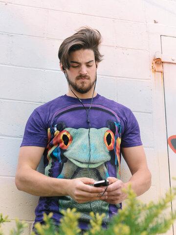 Lifestyle foto Tričko žaba so slúchadlami
