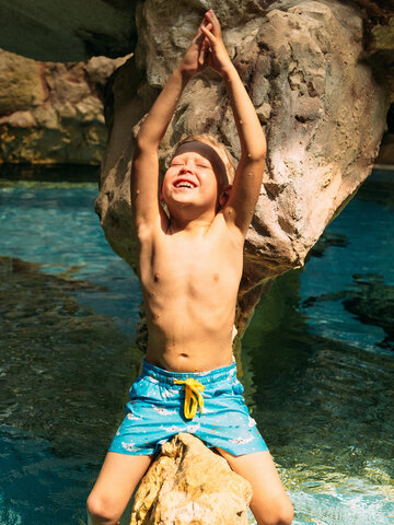 Výpredaj Živahne fantovske plavalne hlače Beli morski pes