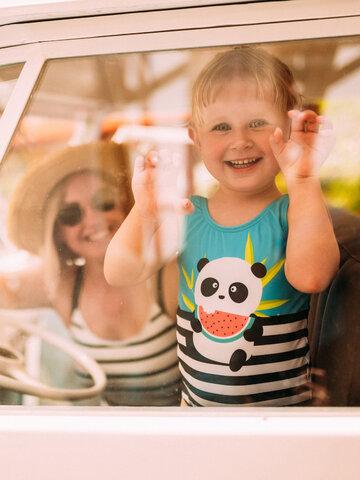 Pre dokonalý a originálny outfit Veselé dievčenské plavky Panda na dovolenke