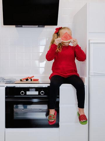 Hľadáte originálny a nezvyčajný darček? Obdarovaného zaručene prekvapí Veselé detské šľapky Červený melón