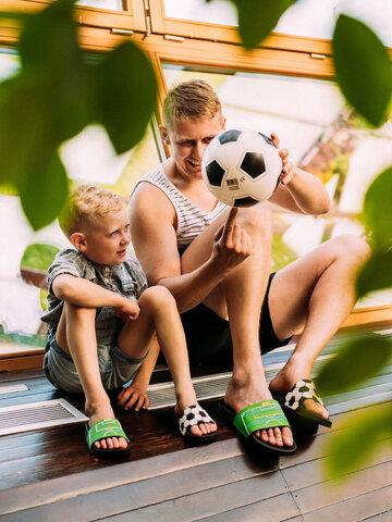 Pre dokonalý a originálny outfit Kids' Slides Football