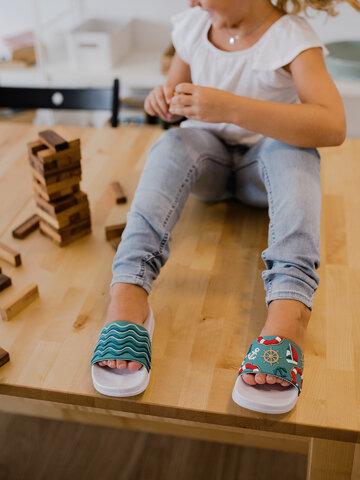 Pre dokonalý a originálny outfit Kids' Slides Waves