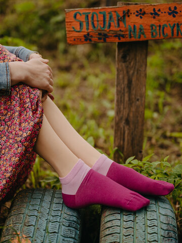 Lifestyle foto Bordovo-ružové členkové ponožky Symfónia