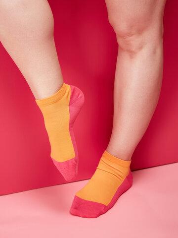 Lifestyle-Foto Himbeerrosa Knöchelsocken Fußabdruck