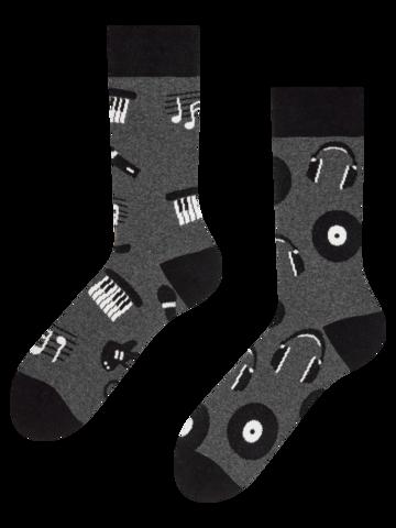 Hledáte originální a neobvyklý dárek? Obdarovaného zaručeně překvapí Veselé ponožky z recyklované bavlny Černobílá hudba