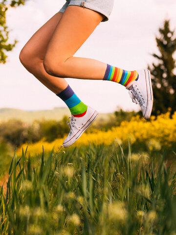 Zľava Živahne športne nogavice Mavrične črte