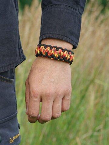 für ein vollkommenes und originelles Outfit Paracord Armband mit verstellbarem Verschluss Feurig
