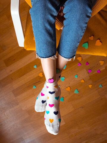 Bereiten Sie sich Freude mit diesem Dedoles-Stück Lustige Knöchelsocken Bunte Herzen