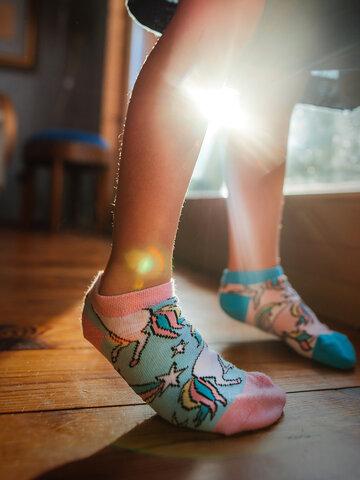Potěšte se tímto kouskem Dedoles Veselé dětské kotníkové ponožky Duhový jednorožec