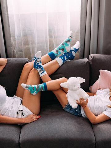 Lifestyle foto Živahne otroške nogavice Ovčke in oblaki