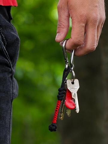 Lifestyle foto Crveni privjesak za ključeve od padobranskog užeta Bead
