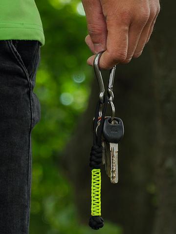 Tip na darček Rumen obesek za ključe iz vrvi paracord