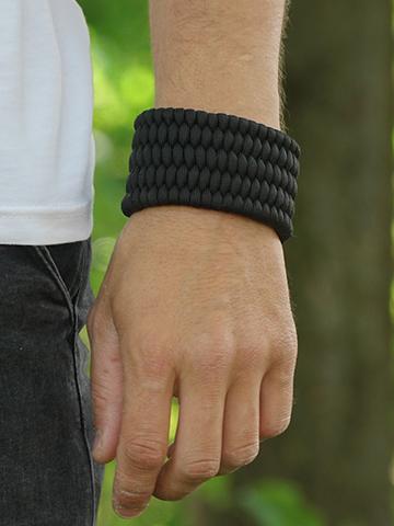 Geschenktipp Schwarzes Paracord-Armband Schild mit Anzünder und Pfeife