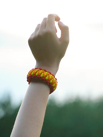 Lifestyle-Foto Paracord-Armband Sonnenuntergang mit verstellbarer Schnalle