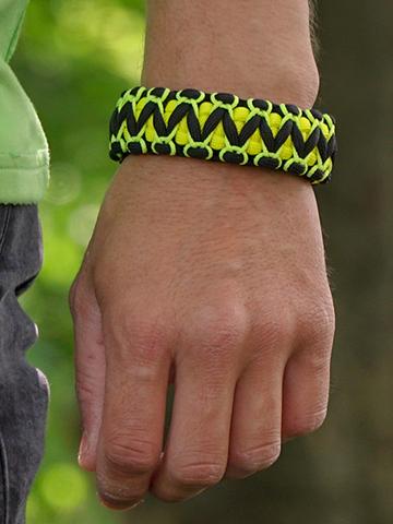 für ein vollkommenes und originelles Outfit Schwarzes und gelbes Paracord-Armband Viper mit Anzünder, Kompass und Pfeife