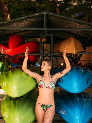 Lifestyle foto Veseli gornji dio bikinija Tropsko cvijeće