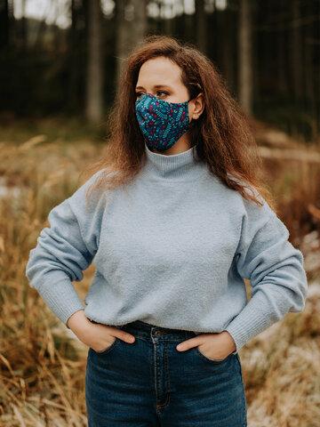 Výnimočný darček od Dedoles Živahna protibakterijska zaščitna maska Skrivni vrt - večja velikost