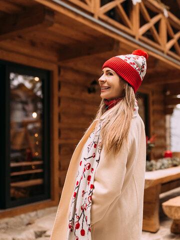 Lifestyle fotó Vidám női kötött sál Téli bogyók