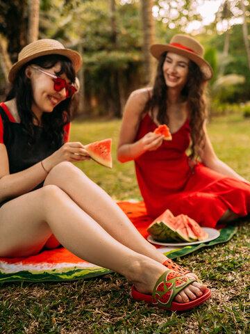 Lifestyle foto Veselý okrúhly plážový uterák Svieži melón