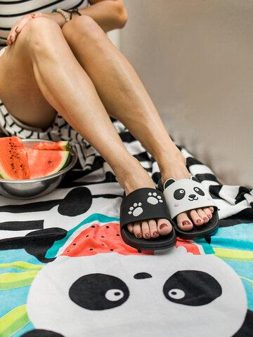 Lifestyle foto Veselý plážový ručník Panda na dovolené