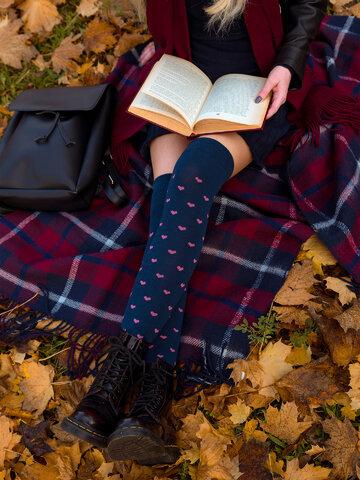 Lifestyle foto Calcetines alegres por encima de la rodilla Corazones rosa