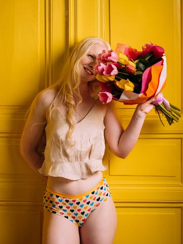 Foto Vidám női hipster alsó Színes szívecskék