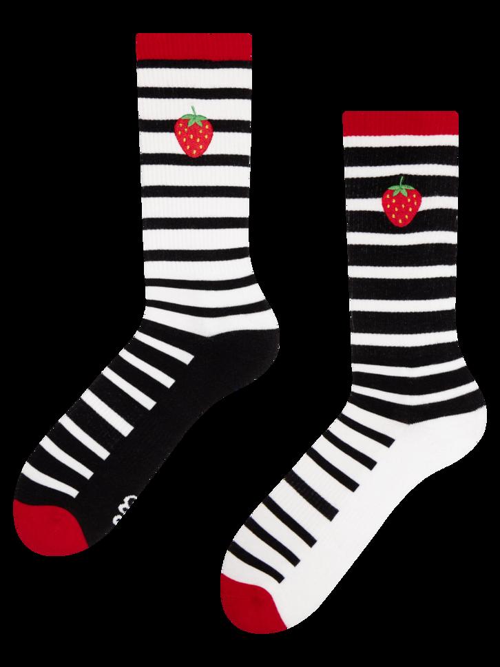 Hledáte originální a neobvyklý dárek? Obdarovaného zaručeně překvapí Veselé sportovní ponožky Černobílá jahoda