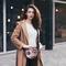 Pre dokonalý a originálny outfit Guľatá kabelka Twist - Ruže