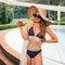 Zdjęcie lifestyle Wesoły trójkątny top od bikini — Wisienki